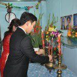 Hai bạn trẻ thắp hương trước bàn thờ gia tiên trong ngày thành hôn