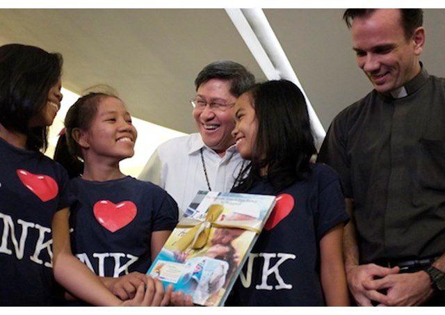 Đức Hông y Tagle và các trẻ em được hội TNK bảo trợ - RV