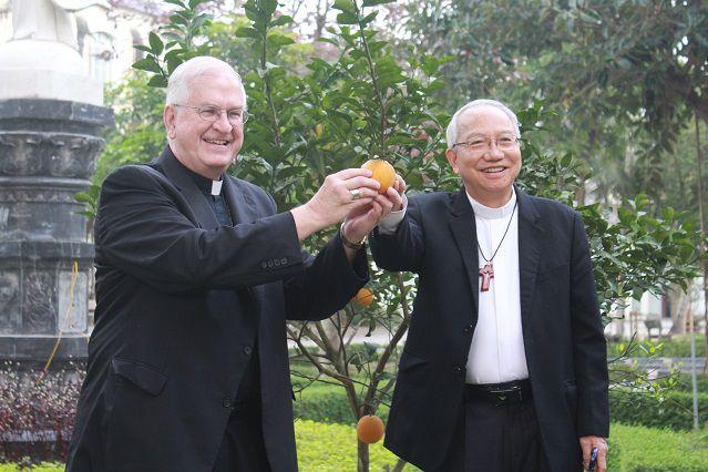 Đức cha Phaolo Nguyễn Thái Hợp, Giám mục Giáo phận Vinh đón tiếp Đức Tổng giám mục Joseph Kurtz