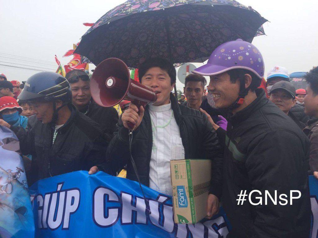 Cha J.B Nguyễn Đình Thục cùng bà con giáo dân Song Ngọc trên đường khởi kiện Formosa hôm 14/02/2017