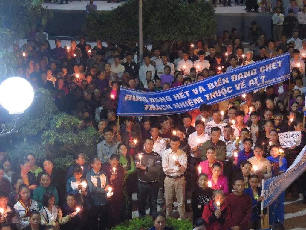 Hình ảnh thắp nến hiệp thông cầu nguyện cho các nạn nhân Song Ngọc từ Giáo xứ Thuận Nghĩa (Quỳnh Lâm, Quỳnh Lưu, Nghệ An)