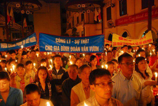 Hình ảnh cộng đoàn dân Chúa tại Thái Hà thắp nến cầu nguyện cho gia đình ông Đoàn Văn Vươn. 02/04/2013