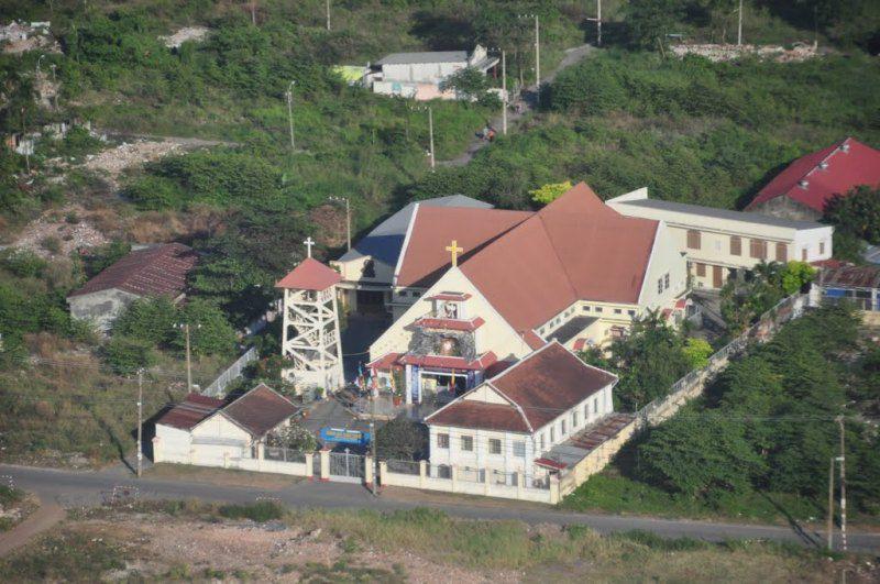Hình 2: Quần thể nhà thờ Giáo xứ Thủ Thiêm bên cạnh Dòng Mến Thánh Giá.