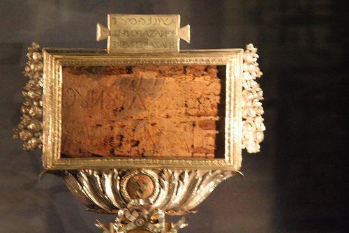 Tấm bảng treo trên Thánh giá (The Titulus Crucis)