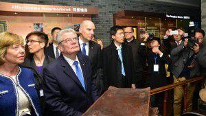 Tổng thống Đức Joachim Gauck (thứ hai, bên trái) thăm bảo tàng người Do Thái tị nạn tại Thượng Hải, ngày 23/03/2016.