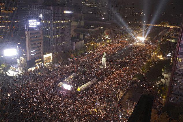 Đoàn biểu tình chiếm đóng quảng trường trước Tòa Thị chính của Seoul hôm 15.11.2016