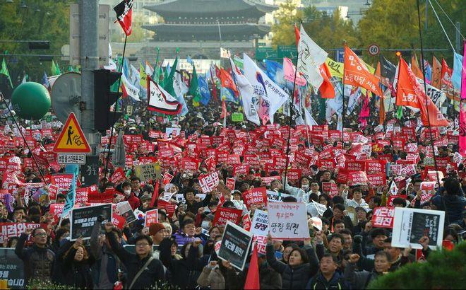 Biểu tình đòi Tổng thống Park Geun-Hye từ chức tại Seoul ngày 12/11. Ảnh: AFP/TTXVN