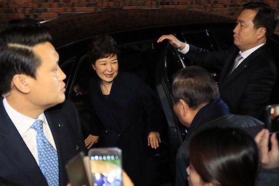 Tổng thống Hàn Quốc Park Geun-Hye về nhà riêng ở Seoul hôm 12-3. Bà Park rời khỏi Phủ Tổng thống Nhà Xanh 2 ngày sau khi Tòa án Hiến pháp ra phán quyết cách chức bà vì liên quan đến vụ bê bối tham nhũng nghiêm trọng. Ảnh: AFP