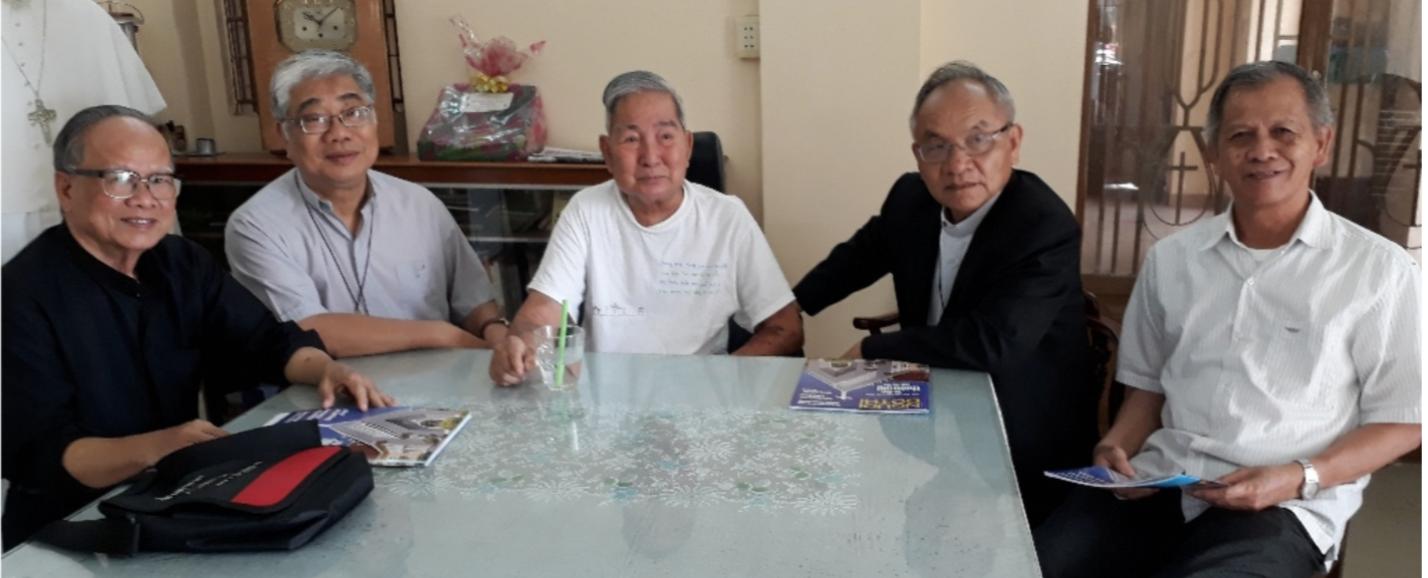 Đức cha Micae Hoàng Đức Oanh và cha Vinhson Phạm Trung Thành, DCCT thăm cha Vinhson Niêm