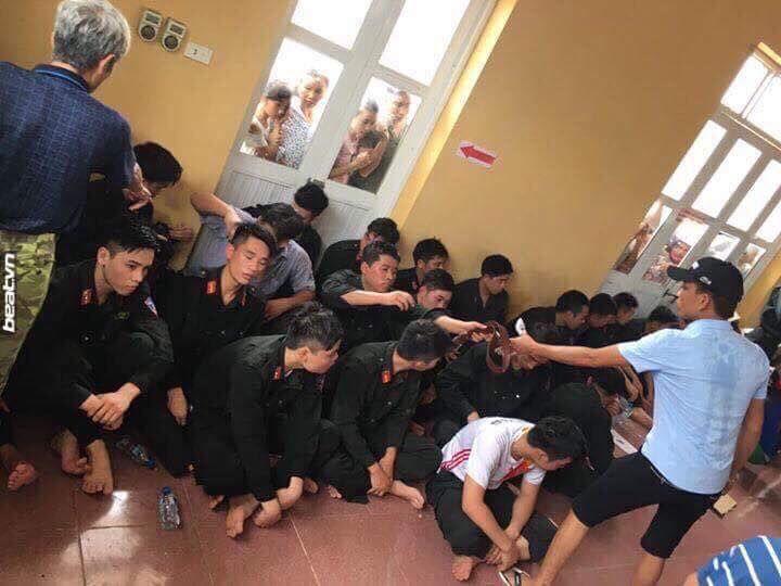 Đây là hình ảnh 20 cảnh sát cơ động bị người dân bắt nhốt và tẩm xăng tại Đồng Tâm, Mỹ Đức, Hà Nội. Ảnh mạng xã hội facebook