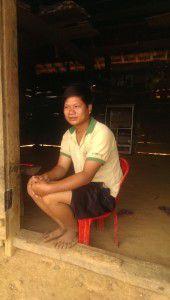 Anh Phòng Tiến Công ngồi trước cửa nhà. Ảnh tác giả bài viết cung cấp