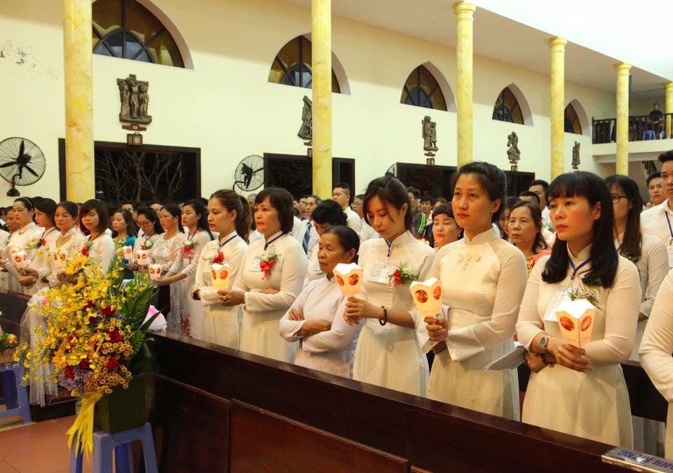 Chị Quỳnh Nga (thứ 5 từ phải vào) lãnh nhận Bí Tích Thánh Tẩy trong thánh lễ Vọng Phục Sinh tại Thái Hà