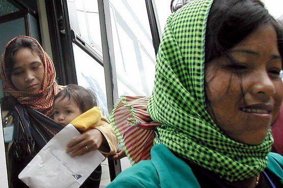Một gia đình người Thượng ở Việt Nam được chuyển đến nơi ở an toàn của Liên Hiệp Quốc tại Phnom Penh trong ảnh chụp tháng 7-2004. Ảnh: Suy Se/AFP