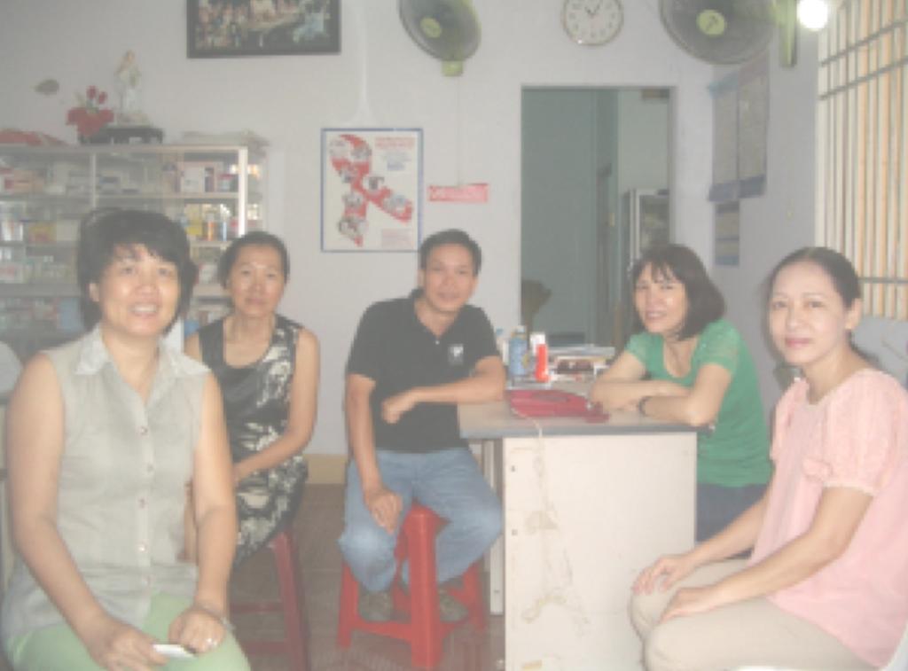 Ảnh chụp chị Vinh mặc áo xanh ở Phòng Khám HIV/AIDS