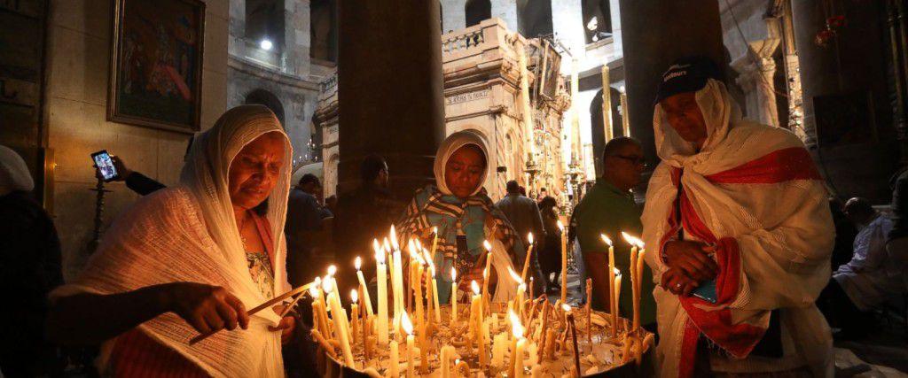 Các Kitô hữu bên trong nhà thờ Chúa Phục Sinh tại Giêrusalem trong ngày Thứ Sáu Tuần Thánh vừa qua. Ảnh Dan Baliltyl, AFP