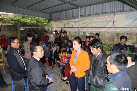 Cha Giuse Nguyễn Văn Thành (thứ hai bên trái) cáo buộc nhà cầm quyền Việt Nam quấy nhiễu giáo dân Công giáo ở vùng tây bắc Việt Nam. Trong hình, Cha Thành đang nói chuyện với bà Hà Thị Khánh Nguyệt, chủ tịch thị trấn Mường Khương, cùng các quan chức khác. Ảnh: laocaichurch.org