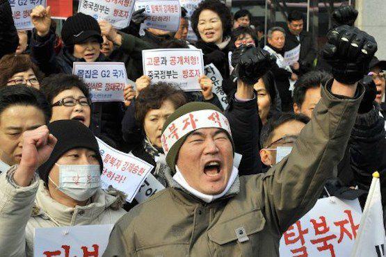 Các nhà hoạt động cho nhân quyền Hàn Quốc dương cao biểu ngữ bên ngoài sứ quán Trung Quốc ở Seoul trong cuộc tuần hành yêu cầu Bắc Kinh hủy bỏ kế hoạch hồi hương những người Bắc Hàn tỵ nạn. Ảnh: Jung Yeon-je/AFP