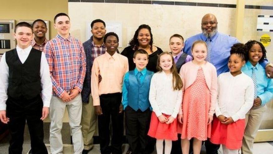 Gia đình ông bà Christina và Christopher Sanders cùng 11 người con