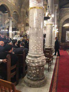 Buổi cầu nguyện đại kết ở Nhà thờ chính thống Coptic ngày 28 tháng 4-2017. Các cột nhà thờ vẫn còn nguyên vết đạn