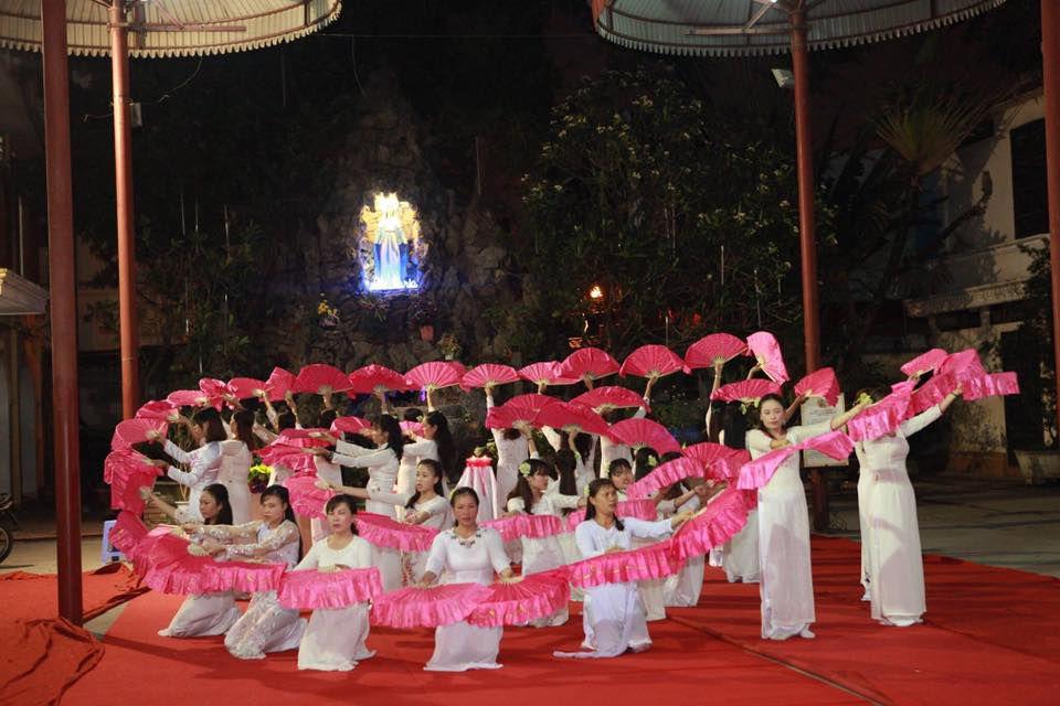 Đội dâng hoa của các chị xa quê tại Hà Nội dâng hoa kính Đức Mẹ tối 04.05.2017 tại nhà thờ Thái Hà