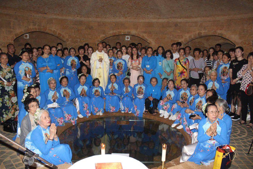"""Đức Tổng Giuse chụp với Hội các bà dưới """"hầm giếng Giacóp' tại vườn Đức Mẹ Fatima trong khuôn viên Đan Viện Xitô."""