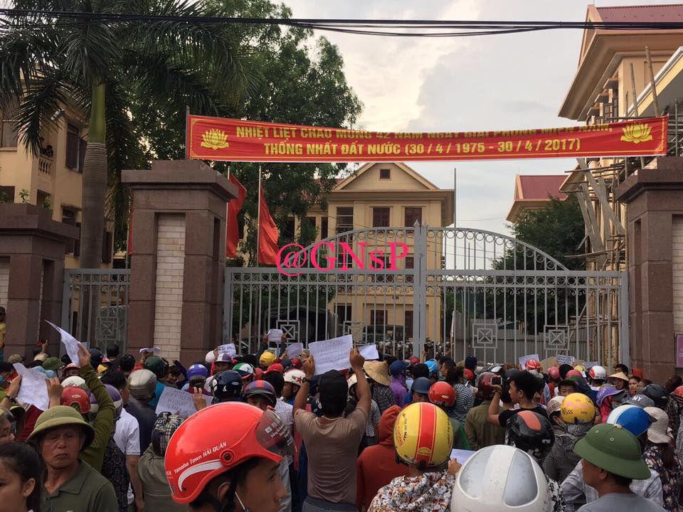 Người dân trước trụ sở UBND huyện Diễn Châu phản đối cách bắt người như bắt cóc của an ninh và yêu cầu thả anh Hoàng Bình