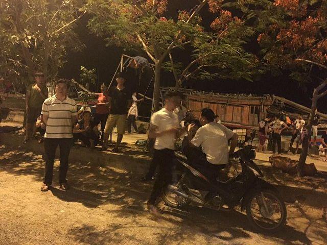 Cha JB. Nguyễn Đình Thục (người mặc áo thun kẻ ngang) trong sân nhà thờ giáo họ Văn Thai tối 30.05.2017