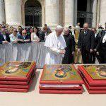 Đức Thánh Cha Phanxico làm phép các bức linh ảnh Đức Mẹ Hằng Cứu Giúp tại quảng trường Thánh Phero, Roma hôm  18/5 /2016