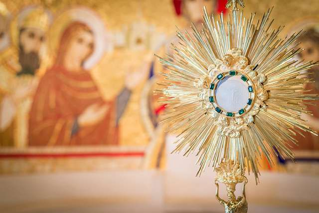 Adoration_monstrance_Credit_Thoom_Shutterstock_CNA