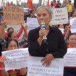 Một thành viên Hội Liên hiệp Phụ nữ huyện Quỳnh Lưu lên tiếng tố cáo Linh mục Nguyễn Hữu Nam trong cuộc biểu tình ngày 6/5/2017. (Ảnh: Đài Truyền hình Nghệ An)