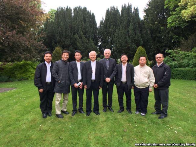 Phái đoàn của Giáo phận Vinh trong chuyến đi vận động quốc tế và trao thỉnh nguyện thư về thảm họa Formosa.