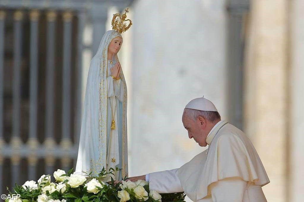 Đức Thánh Cha Phanxico trước tượng Đức Mẹ tại Fatima nhân kỷ niệm 100 năm Đức Mẹ hiện ra tại đây