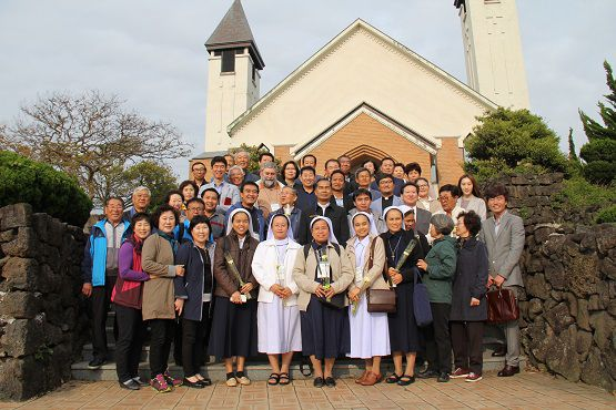 Các đại diện Phong trào Cộng đồng Kitô hữu Nhỏ Thái Lan chụp ảnh với các giáo dân Nhà thờ Hanrim, Giáo phận Jeju hôm 26-4. Ảnh: The Catholic Times of Korea