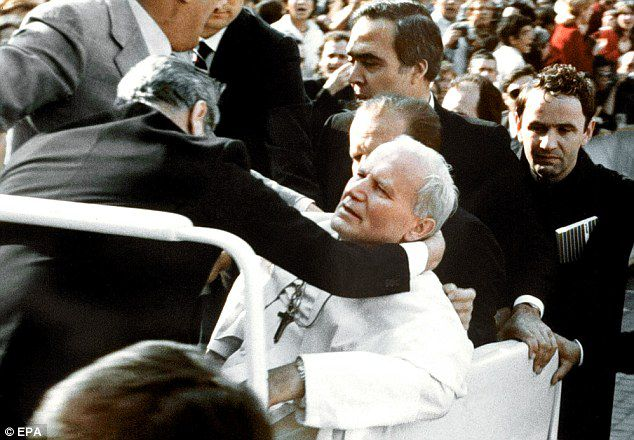 Các vệ sĩ ôm lấy Đức Giáo hoàng Gioan Phaolô II sau khi ngài bị bắn tại Quảng trường Thánh Phêrô, Vatican. Ảnh: DailyMail