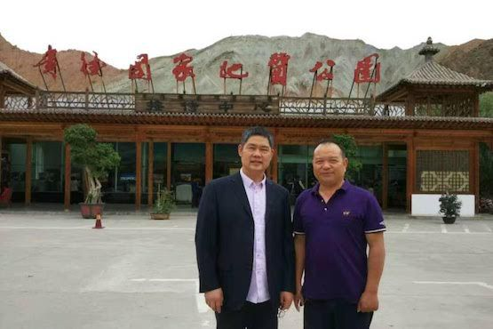 """Đức cha Peter Shao Zhumin của Ôn Châu (bên trái) và một giáo dân đứng trước cổng Công viên Guide National Geo thuộc tỉnh Thanh Hải. Ảnh được đăng hôm 7-9 năm ngoái khi Đức cha Shao bị các nhà chức trách đưa đi """"nghỉ dưỡng"""". Ảnh trên tài khoản WeChat của Đức cha Shao"""