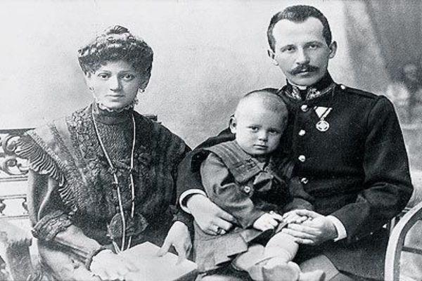 Bé Karol Wojtyla trong lòng thân phụ khi còn nhỏ