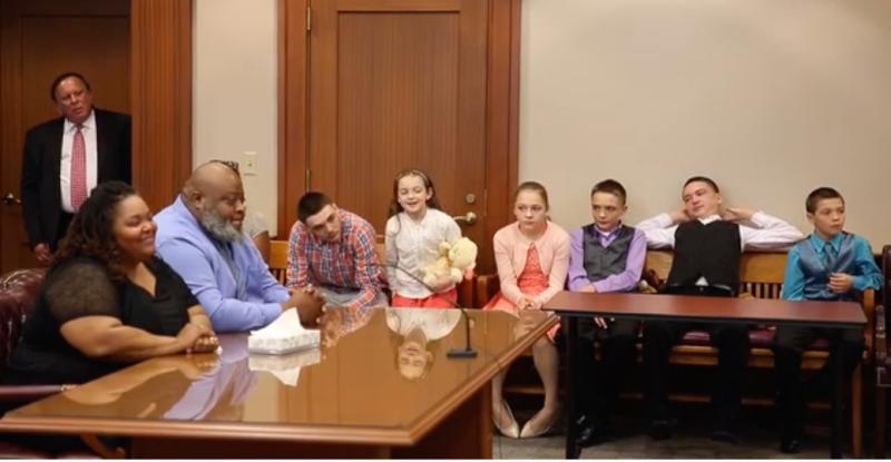 Ông bà Christina và Christopher Sanders (bên trái) cùng sáu đứa con nuôi của họ (ảnh. Cincinnati Enquirer)