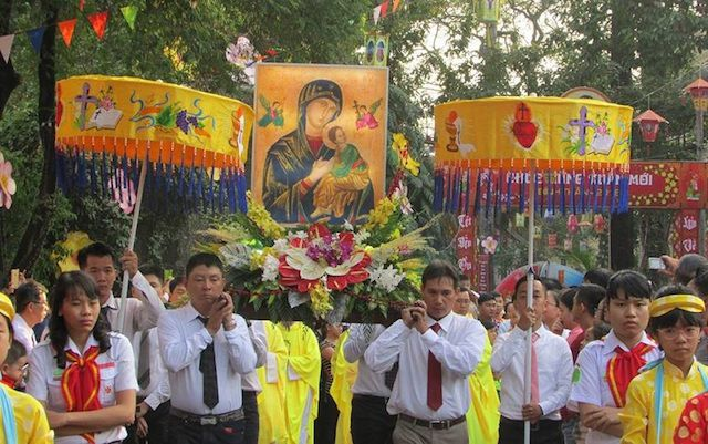 Rước linh ảnh Đức Mẹ Hằng Cứu Giúp trong ngày đầu năm tại Đền Đức Mẹ Hằng Cứu Giúp Sài Gòn