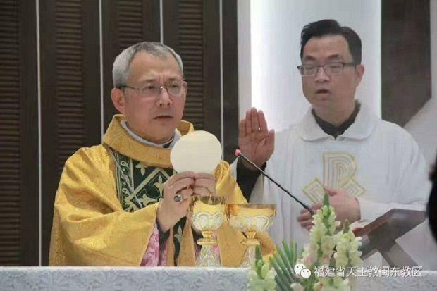 Đức Giám Mục Zhan Silu của Mindong (giữa) đồng tế Lễ Phục sinh với Đức Giám mục Mã Đạt Khâm của Thượng Hải (phải) vào ngày 16/4. (Ảnh: Tài khoản Wechat của Tổ chức Mindong)