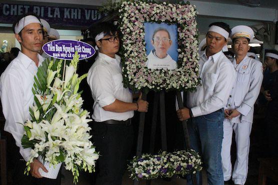 Những người đến viếng và hình ảnh trong đám tang linh mục Augustine Nguyễn Viết Chung tại nhà ngài ở Sài Gòn hôm 13/5. (Ảnh: Ucanews)