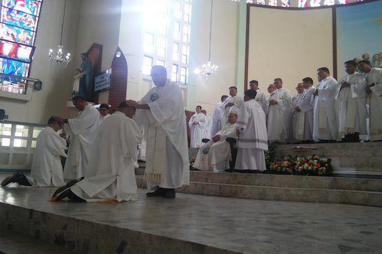 Đức cha Warlito Cajandig (người đội mũ trắng) trong lễ phong chức linh mục ngày 5 tháng 6. (Ảnh: Jun N. Aguirre)