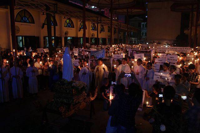 Hình ảnh phần thắp nến cầu nguyện trước Đức Mẹ sau thánh lễ cầu nguyện cho công lý và hòa bình tại Thái Hà cuối tháng 05.2017