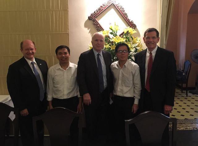 Luật sư Lê Quốc Quân (người mặc áo trắng, thứ hai từ tay phải) gặp Thượng Nghị Sỹ John McCain vào ngày 31/5/2017. Ảnh FB Lê Quốc Quân