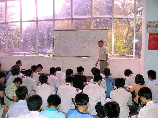 Giáo sư Phạm Minh Hoàng trên giảng đường đại học