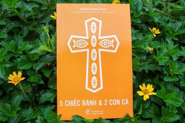 """Bìa cuốn sách """"5 CHIẾC BÁNH & 2 CON CÁ"""""""