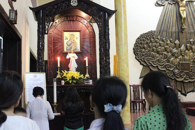 Bàn thờ kính Đức Mẹ Hằng Cứu Giúp tại nhà thờ Thái Hà