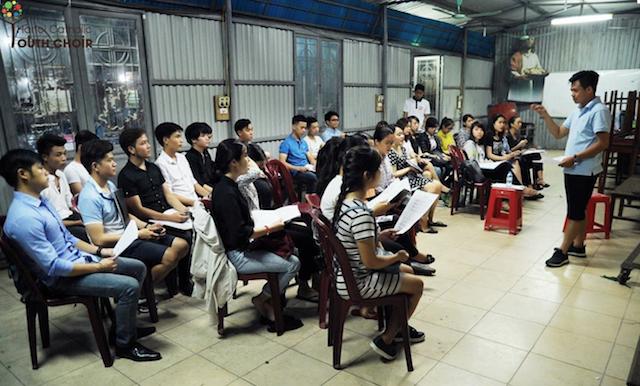 Dàn hợp xướng Trẻ Công giáo Hà Nội tập luyện tại nhà xứ Thái Hà. Ảnh HCYC