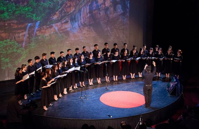 Dàn hợp xướng trẻ Công giáo Hà Nội tại chương trình của TEDx vào Lễ Phục sinh 2017. Ảnh HCYC
