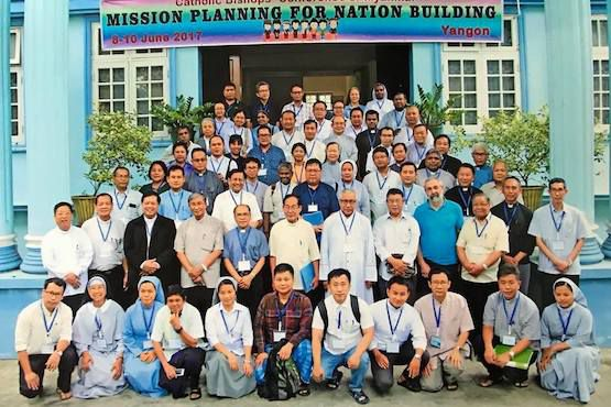 """Các giám mục Công giáo, linh mục, nữ tu và giáo dân tham dự hội nghị """"Sứ mạng lên kế hoạch xây dựng đất nước"""" tại Yangon. Ảnh: Augustine Piang"""